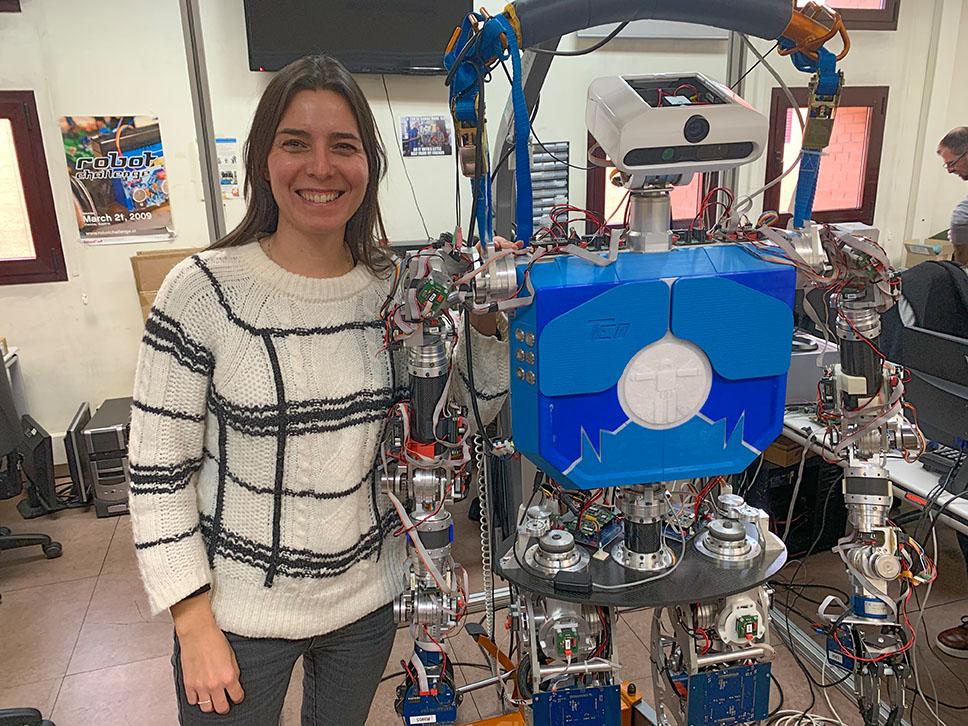 Concha Monje junto al robot TEO.
