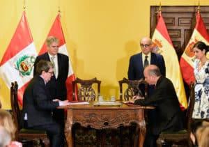 Firma del acuerdo entre Juan Manuel Bonet y Eric Edgardo Guillermo Anderson