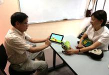 Los doctores Aurelio López y Angélica Muñoz muestran el funcionamiento del gusanito que habla hñahñú y de la muñeca-robot purépecha. Foto: archivo INAOE.