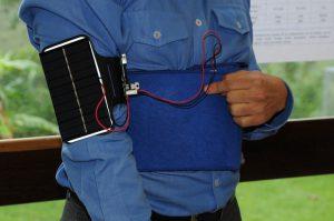 Un brazalete de UN Colombia para cargar el teléfono móvil
