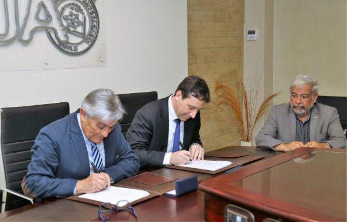 Firma del conventio entre la UA y el IMII (Foto de Noticias UA)