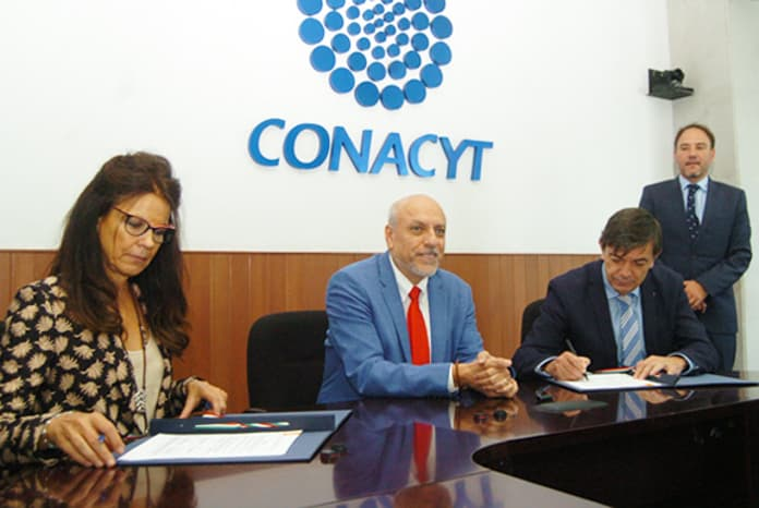 Isabel Durán, vicerrectora de Relaciones Internacionales y Cooperación de la UCM, Enrique Cabrero y Carlos Andradas en la firma del convenio (de izq. a dch.)