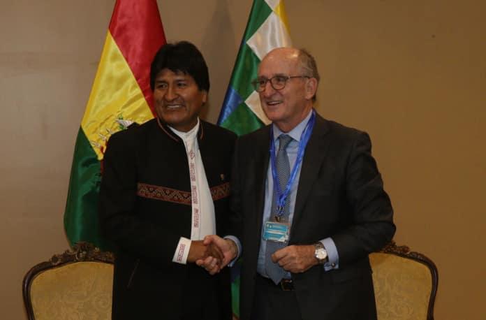 Evo Morales y Antonio Brufau, durante su encuentro de ayer en Santa Cruz de la Sierra