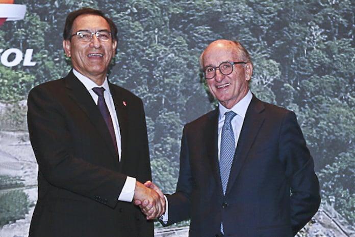 El presidente de Perú, Martín Vizcarra, y el presidente de Repsol, Antonio Brufau.
