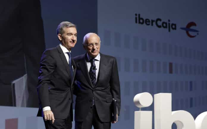 Víctor Iglesias (izquierda), CEO de ibercaja, junto a José Luis Aguirre, presidente del banco.
